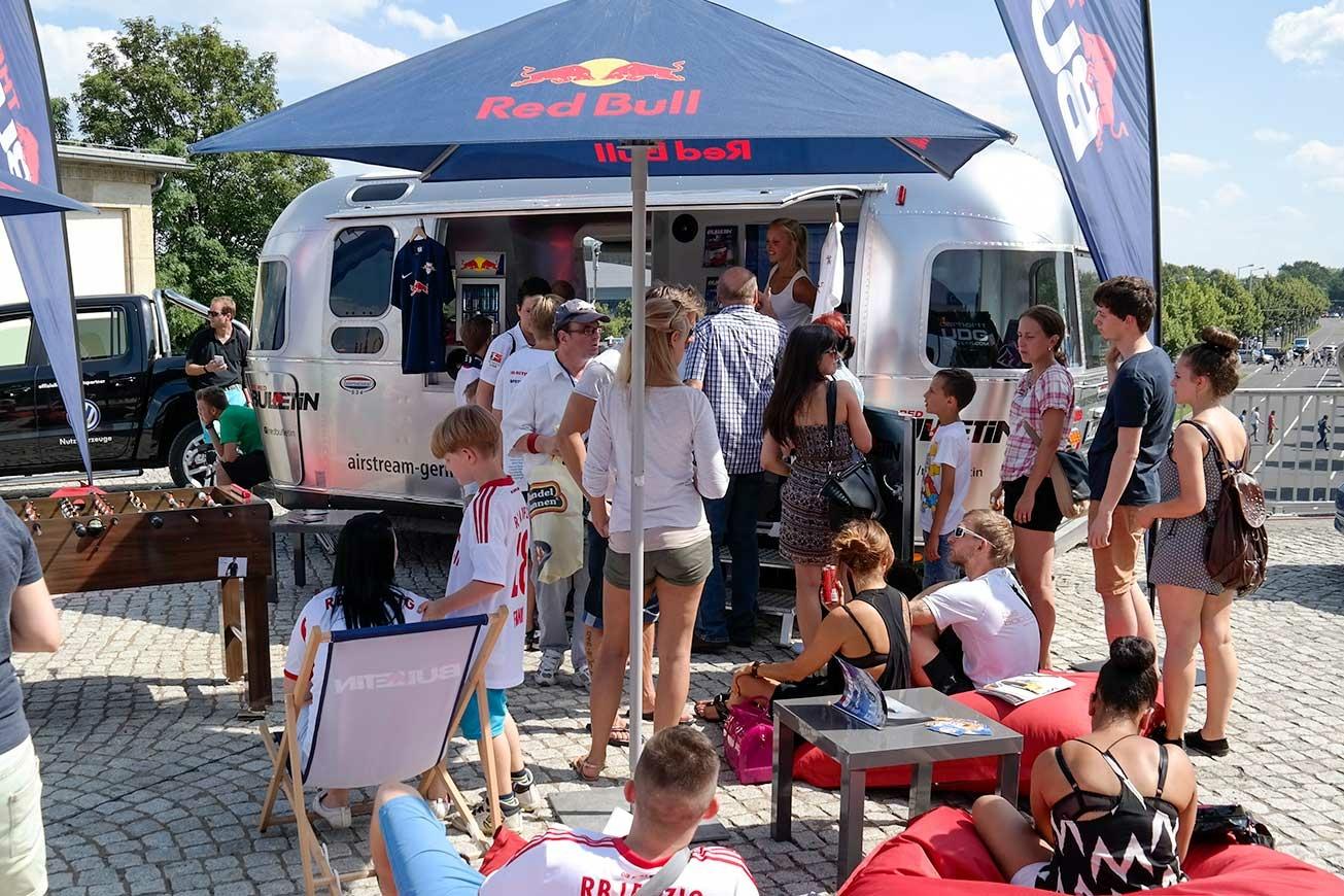 Silberner Airstream Caravan als Promotionfahrzeug