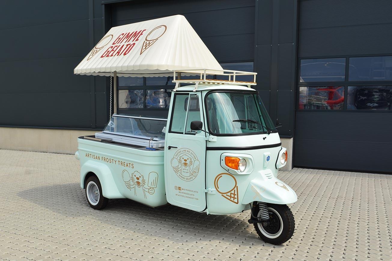 Eiswagen Piaggio Ape mit großer Eisvitrine