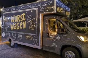 Grauer Food Truck als Imbisswagen.