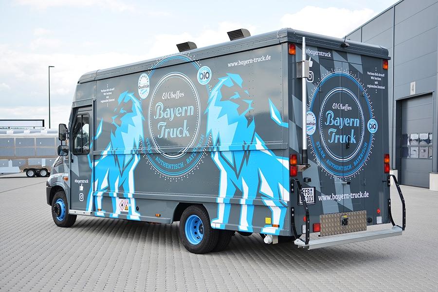 Großer Food Truck mit auffälligem Design.