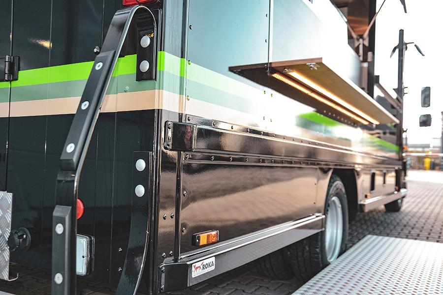 Markanter Food Truck mit beleuchtetem Barbrett.