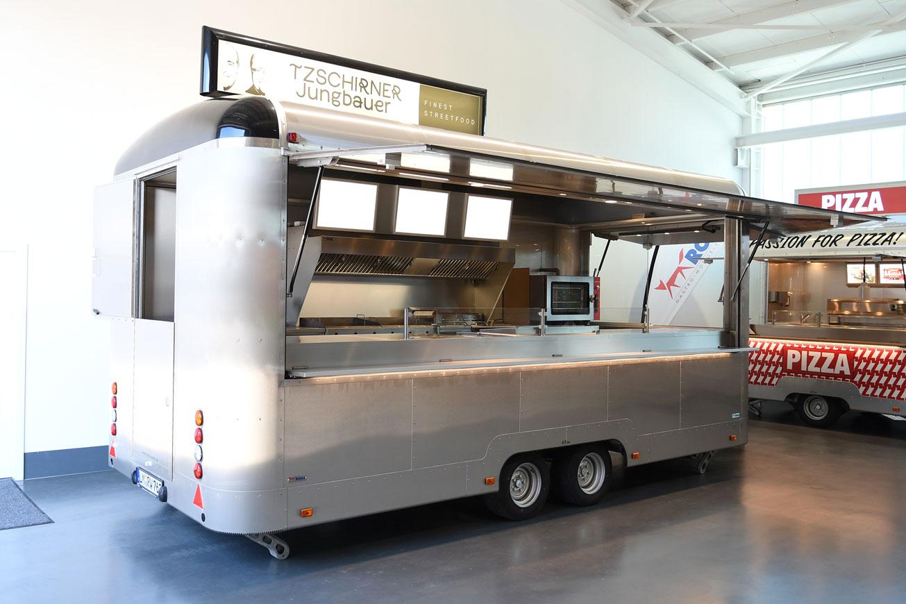 Silbernen Verkaufsanhänger als Food Truck mieten.