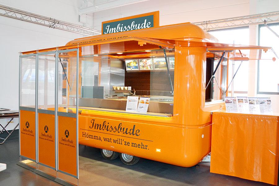 ROKA Imbisswagen mit Wetterschutzwänden.