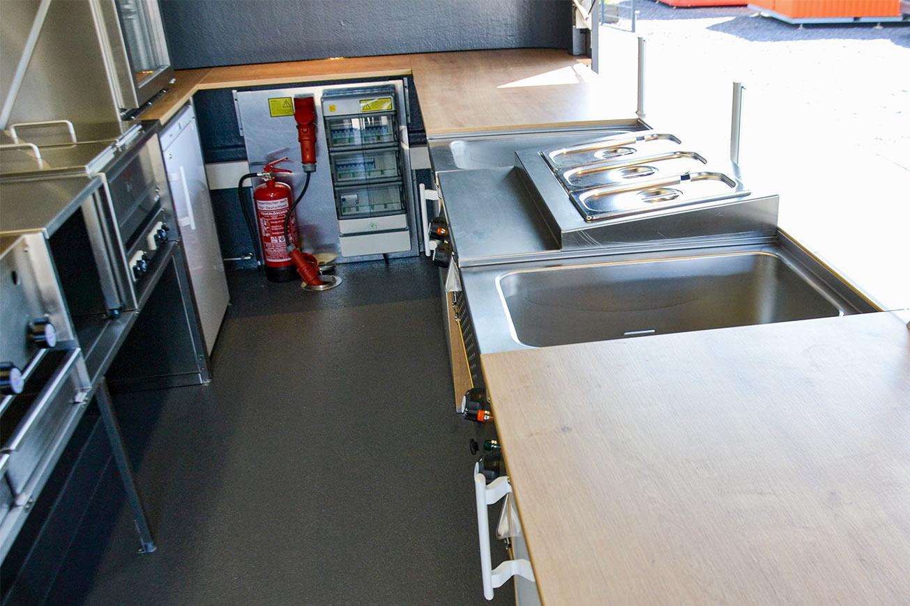 Innenraum des Food Trailer in Holz und Edelstahl.