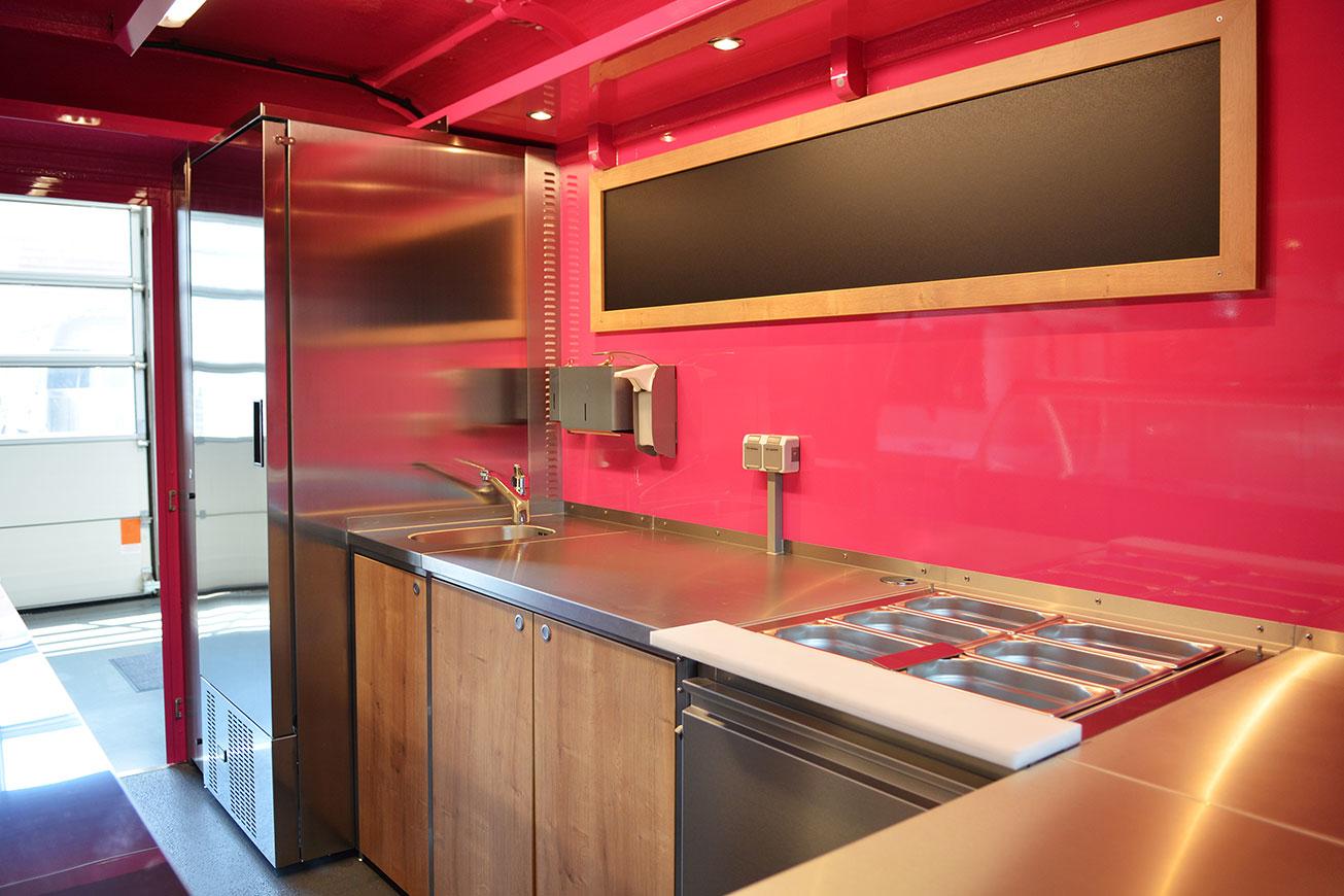 Eiswagen mit Ausstattung für mobilen Eisverkauf.