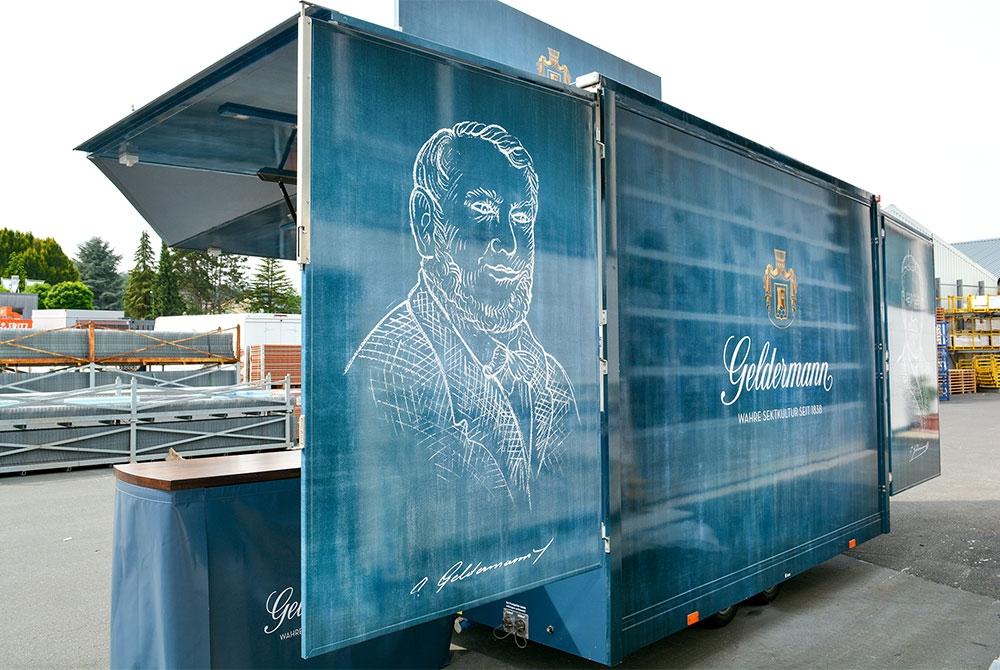 Getränkewagen mit großer Werbefläche.