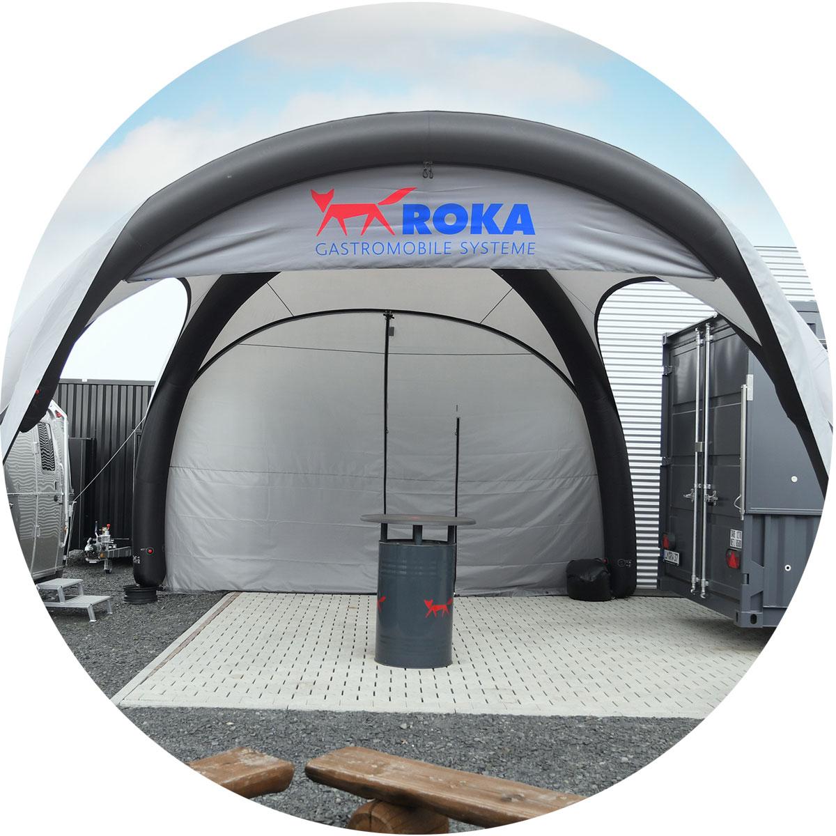 Aufblasbares Zelt in Iglu-Form mit optionalen Seitenwänden.