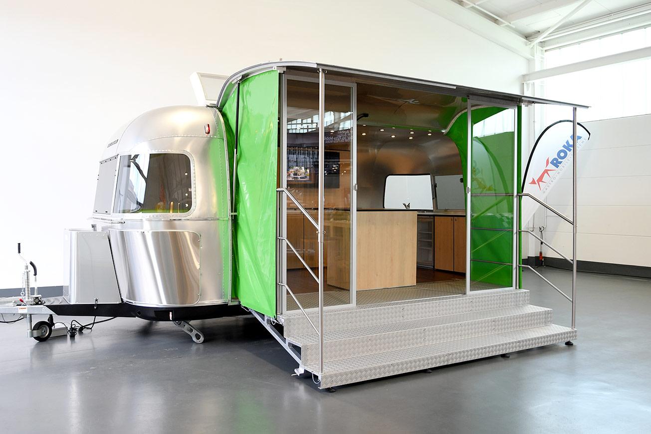 Airstream Promotionanhänger mit Glastüren.