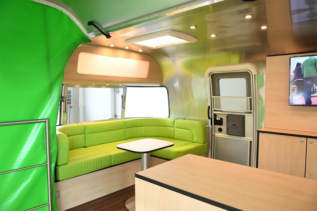 Innenausbau eines Airstream Promotionanhängers.
