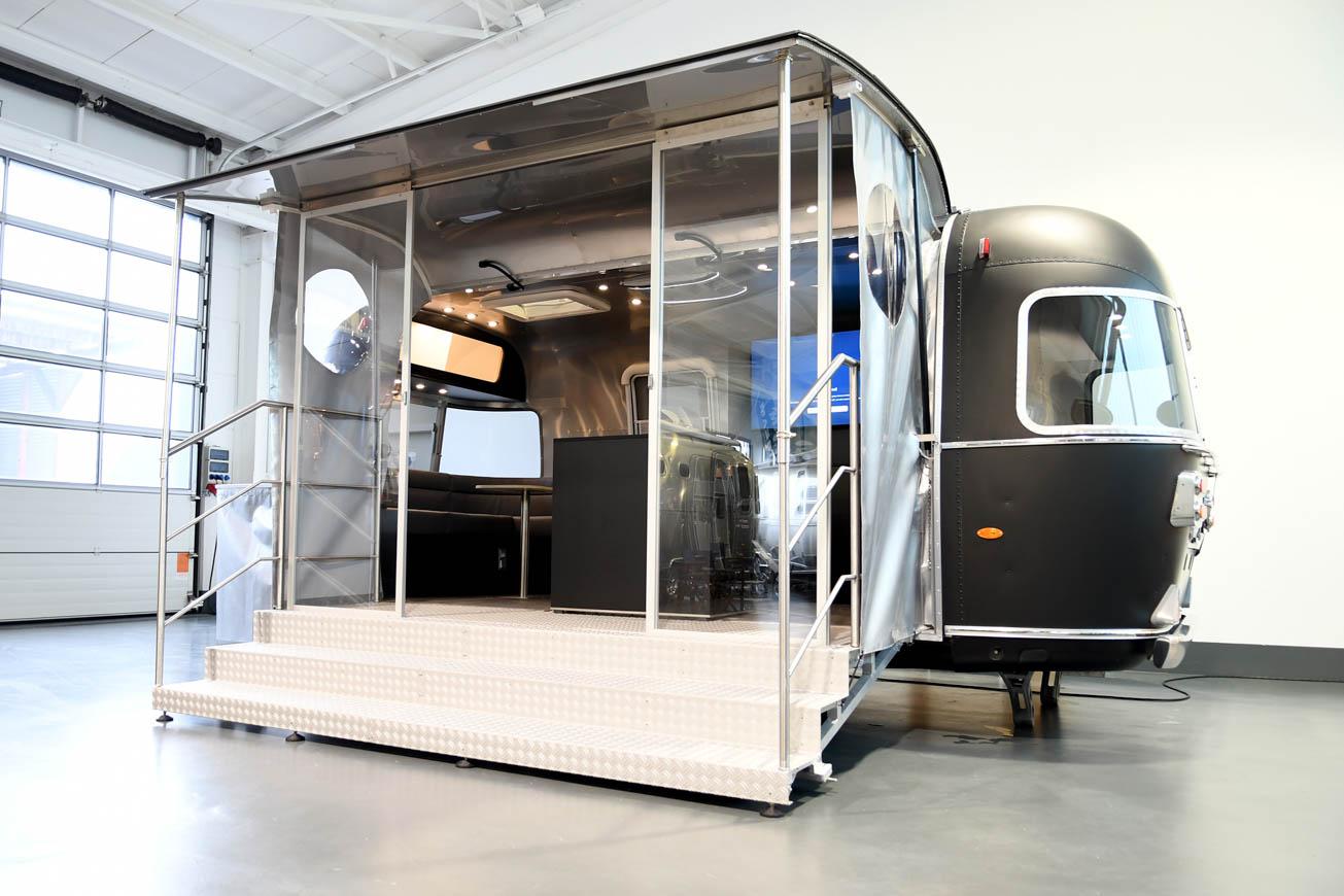 Airstream Promotion Anhänger mit matt-schwarzer Folierung.