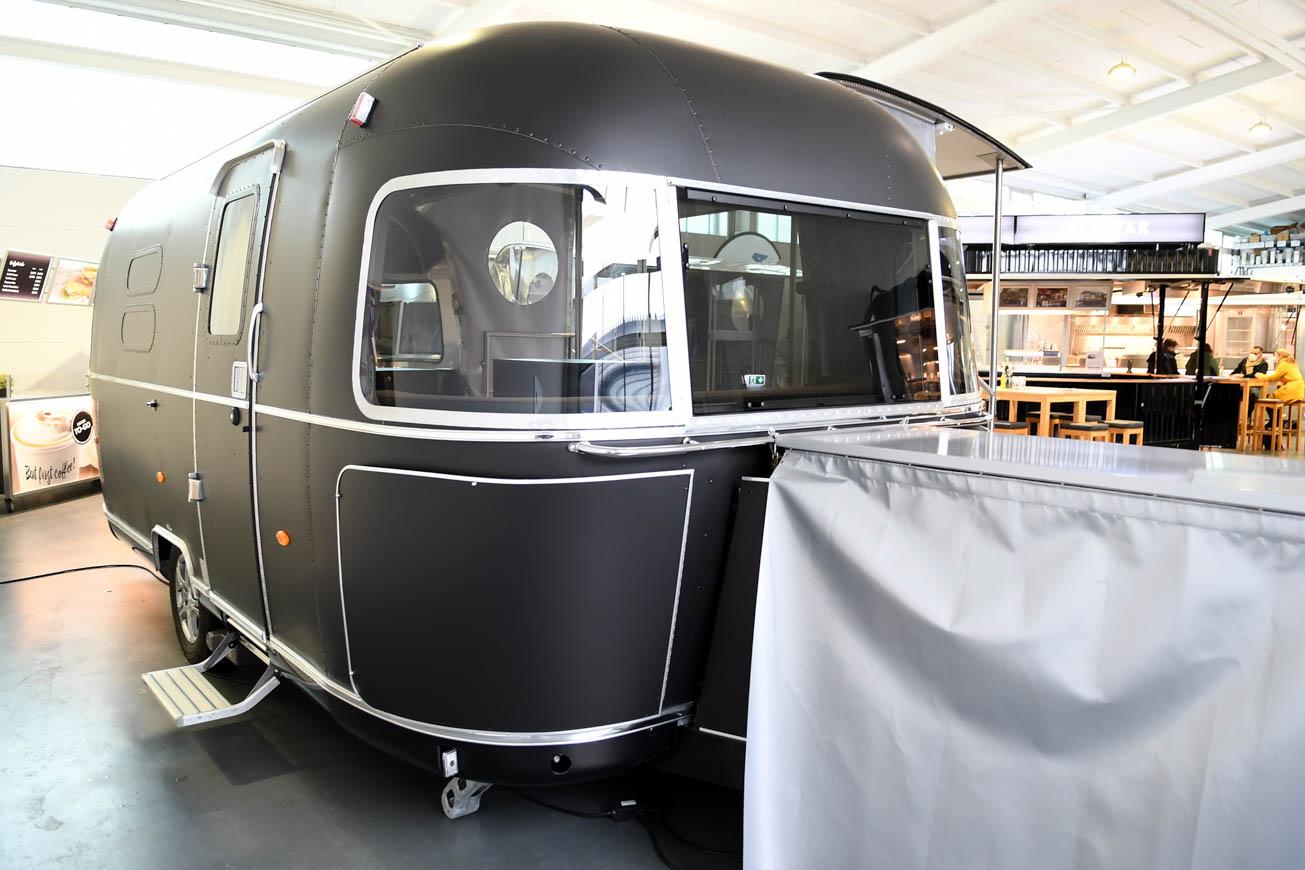 Airstream Promotiontrailer mit matt-schwarzer Folierung.