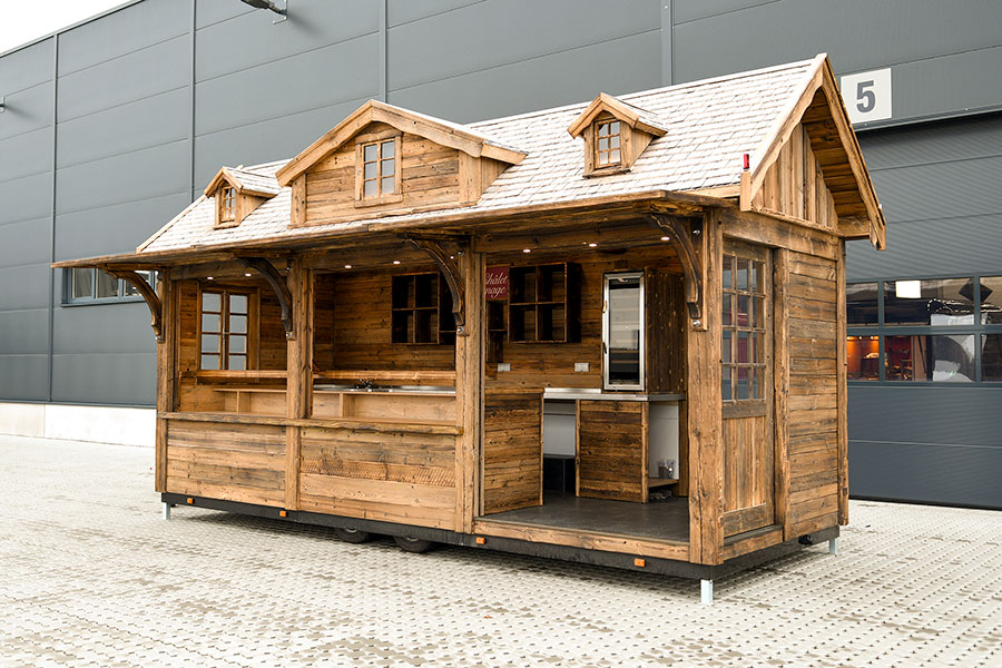 Holzhütte als absenkbarer Verkaufsanhänger.