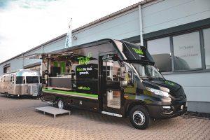 Schwarzer Food Truck mit markantem Design.