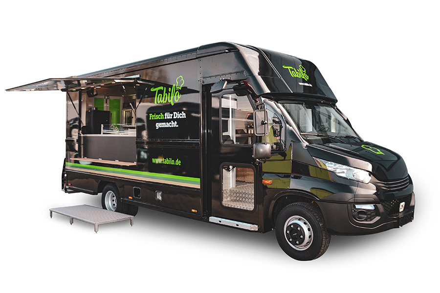 Schwarzer Food Truck für Catering und Festivals.