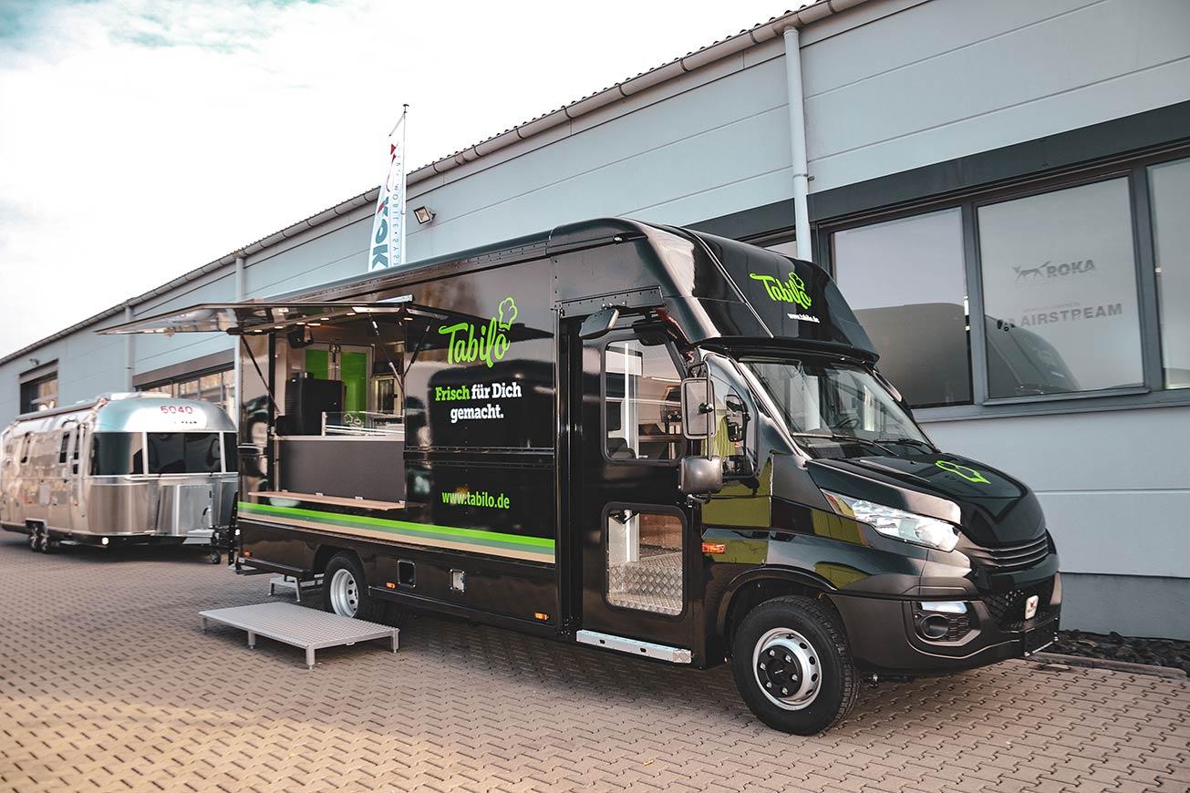 Schwarzer Food Truck mit dem Look eines US-Step Van.