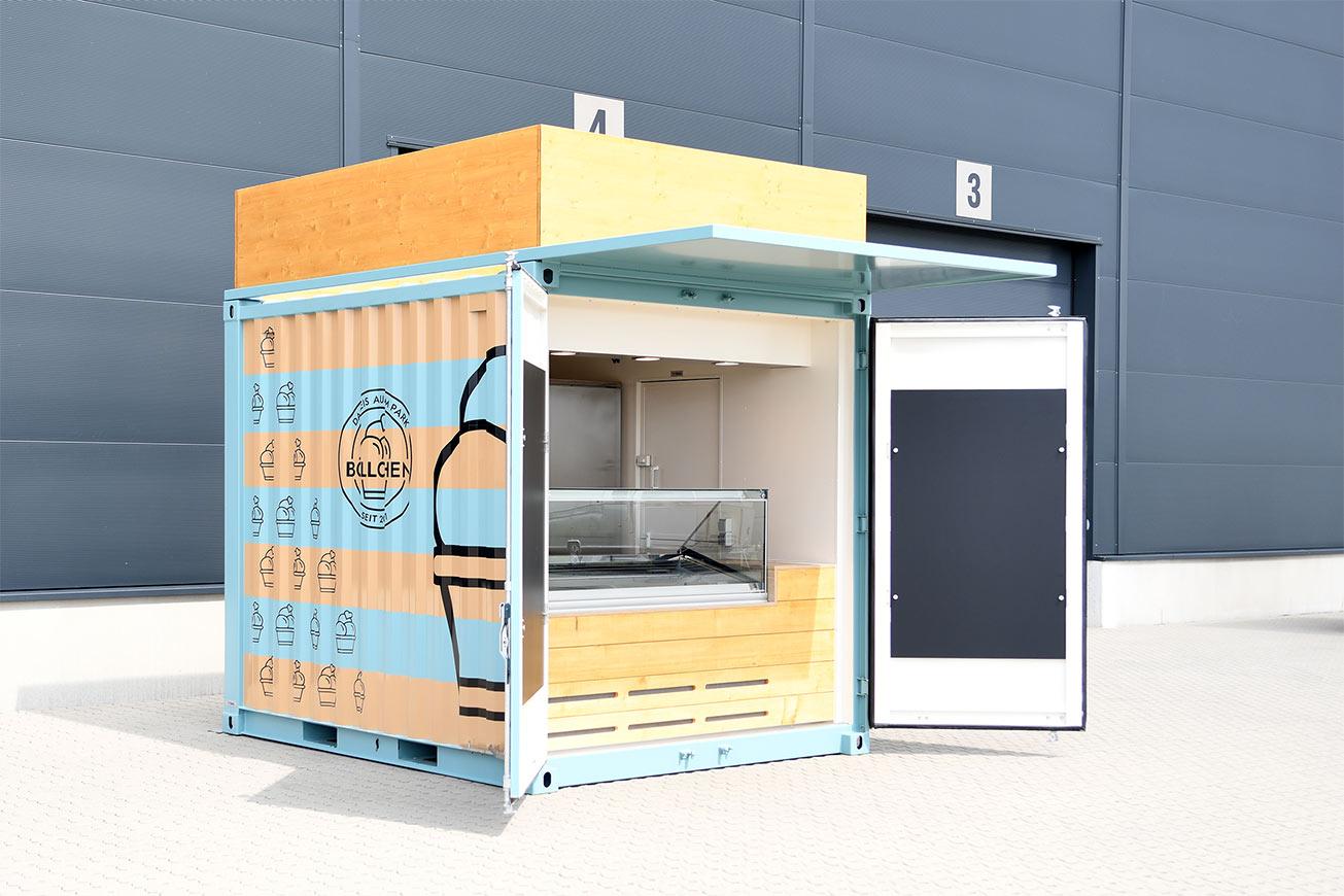 Eiscontainer mit Vordach und Werbefläche auf dem Dach.