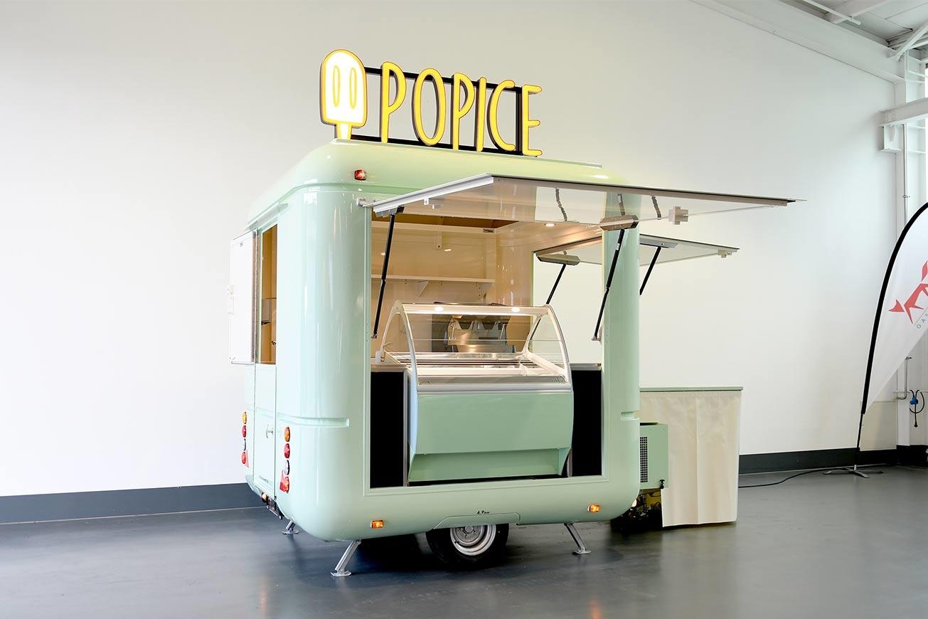 Kleiner Eiswagen mit mit Retro-Flair.