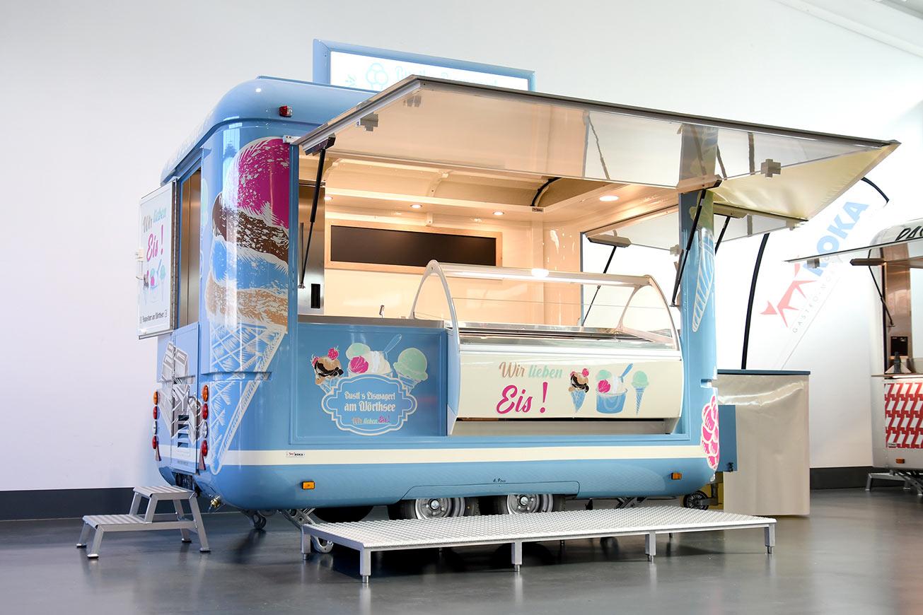 Hellblauer Eiswagen mit Retro-Design für Strandbad am Wörthsee