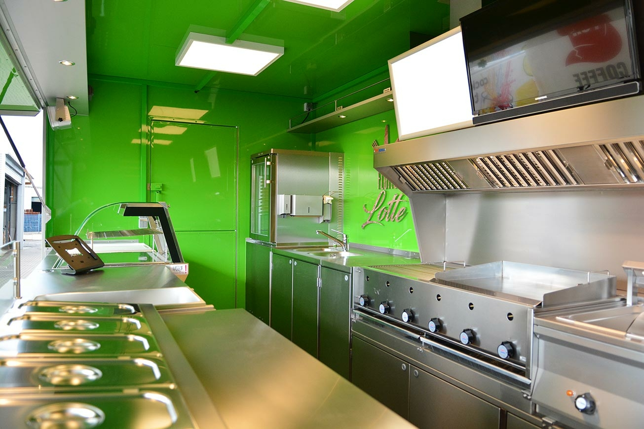 Food Truck mit professionellem Küchenausbau.