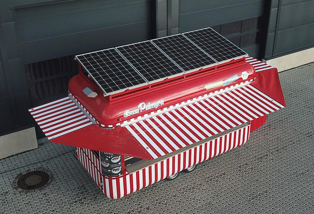 Verkaufswagenmit Solarpanels auf dem Dach.