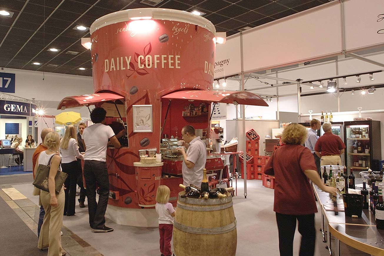 Verkaufswagen mit der Form eines Coffee-To-Go-Becher