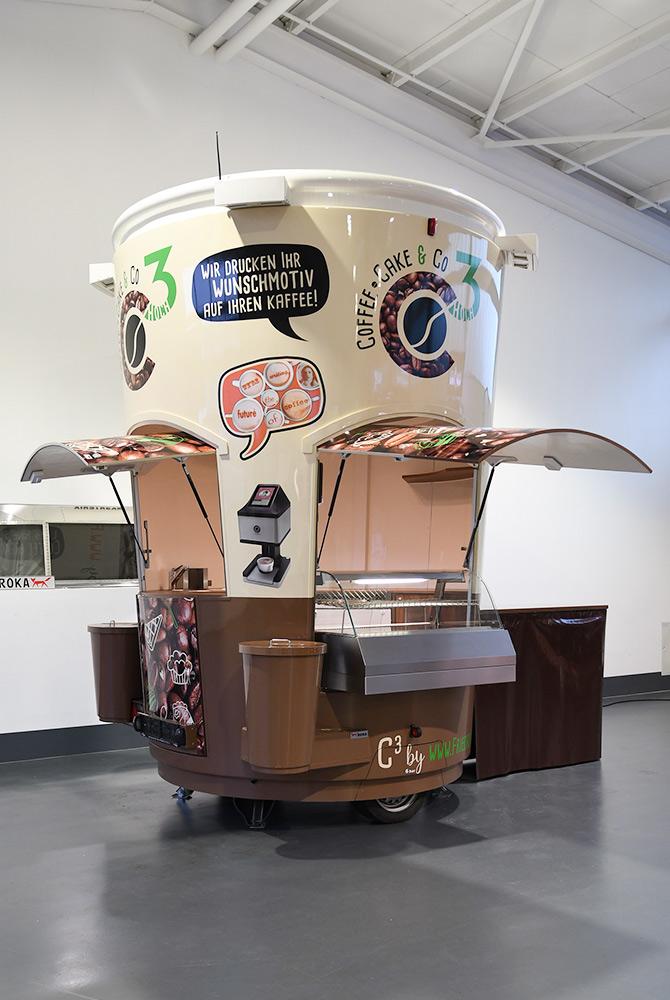 Verkaufsanhänger in Form eines Kaffeebechers.