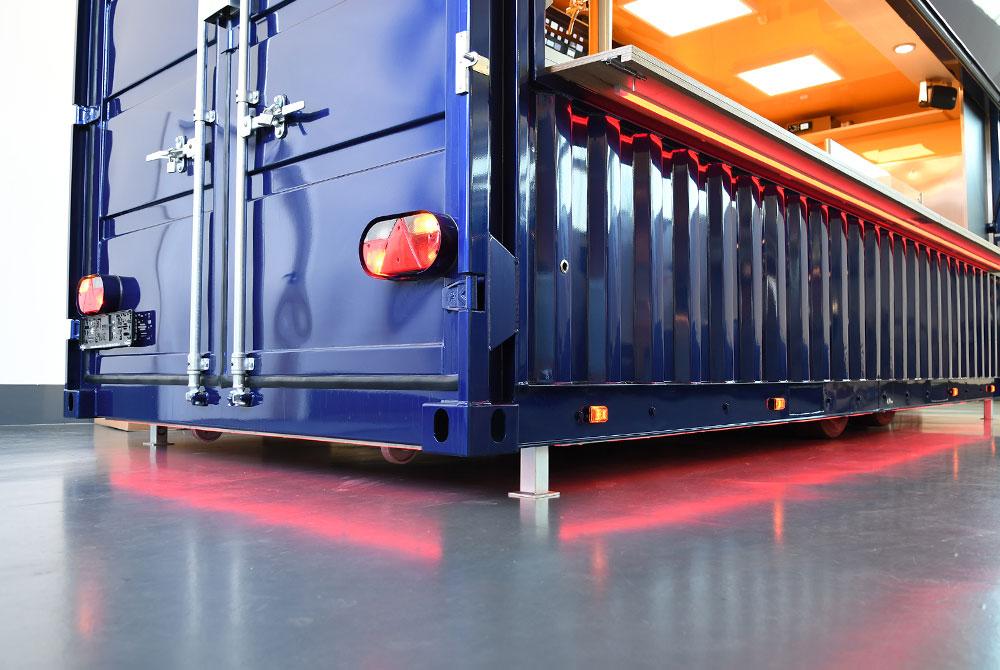 LED-Beleuchtung an Verkaufsanhänger mit Seecontainer Optik.