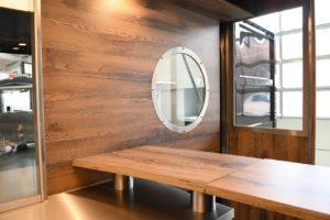 Innenausbau mit Holz im Verkaufsanhänger Contrailer.