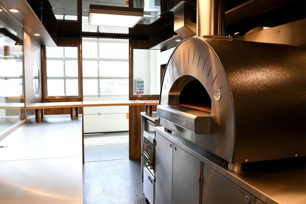 Seecontainer als Verkaufsanhänger mit Pizzaofen.