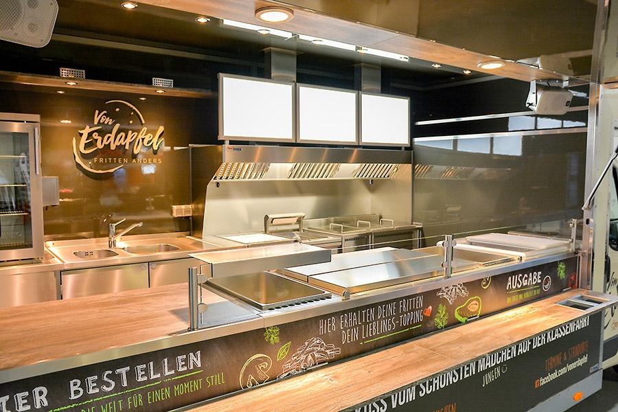 Food Truck Innenausbau mit leistungsstarken Geräten.