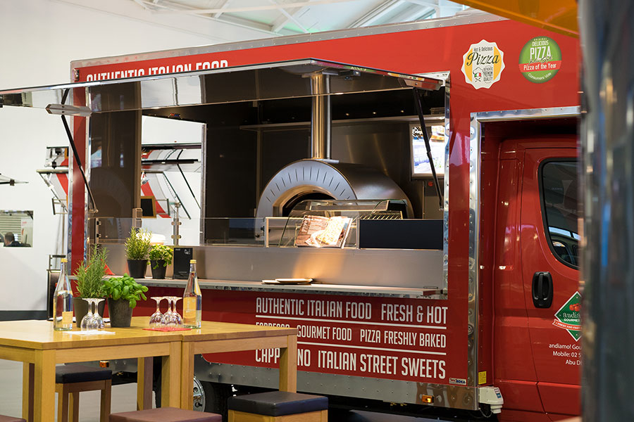 Food Truck als Pizzamobil für den Pizza-Verkauf.