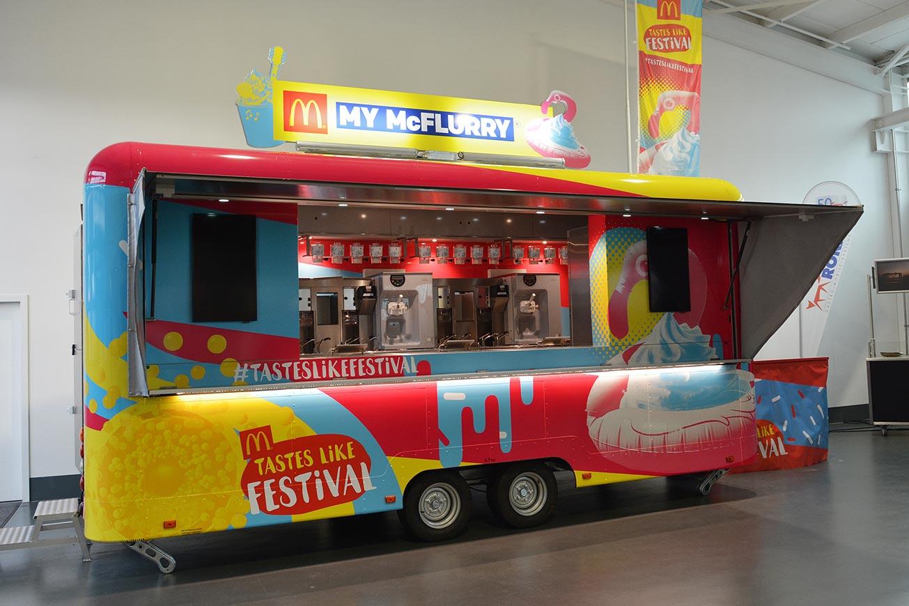 Großer Eiswagen mit Folierung für McFlurry Eis.