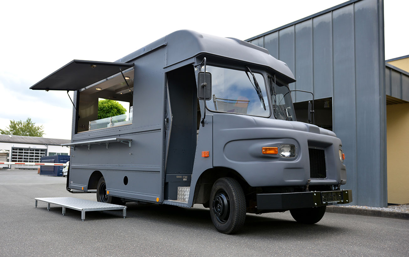 Alter Lieferwagen zum Food Truck umgebaut.