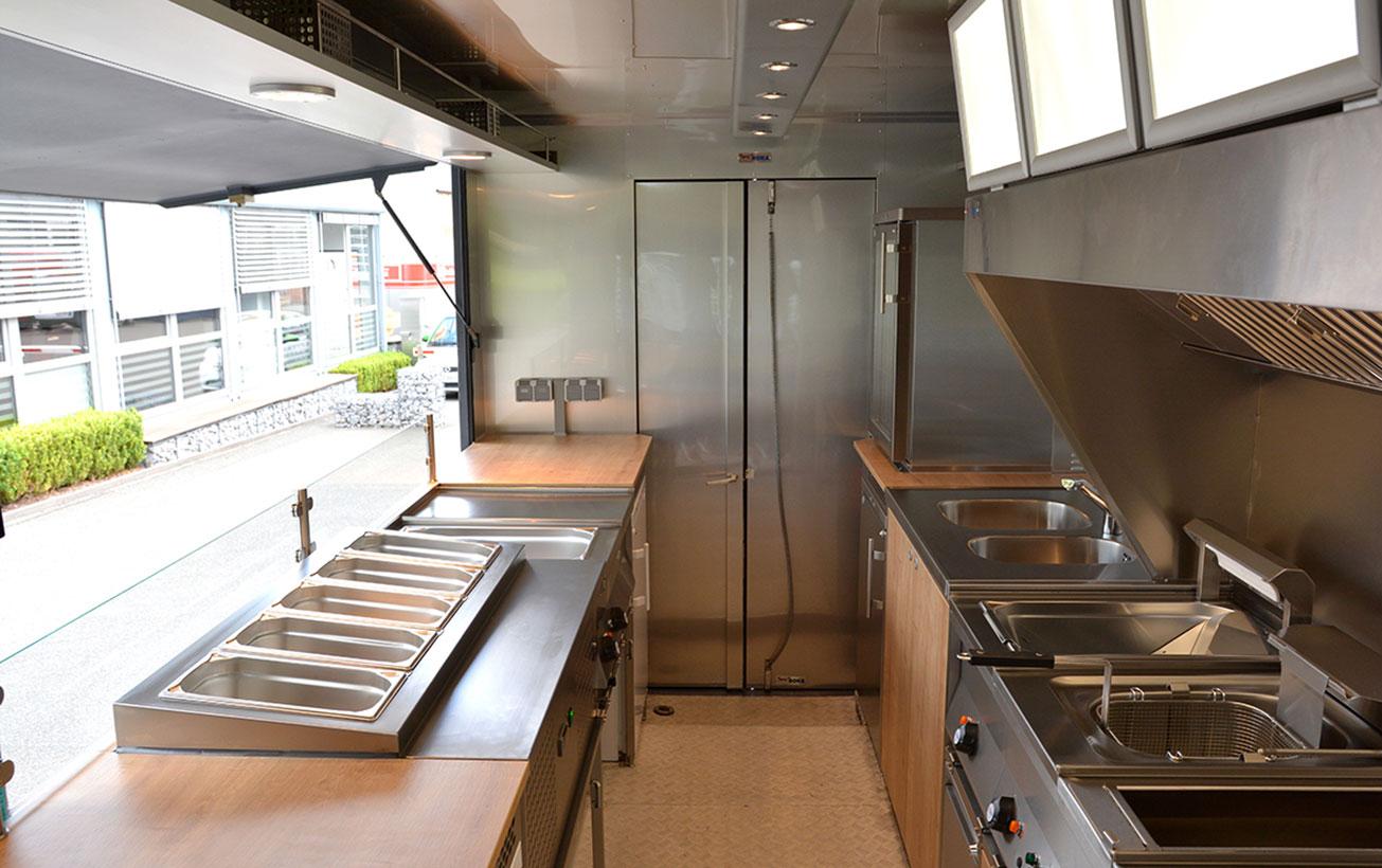 Lieferwagen mit Foodtruck-Ausbau.