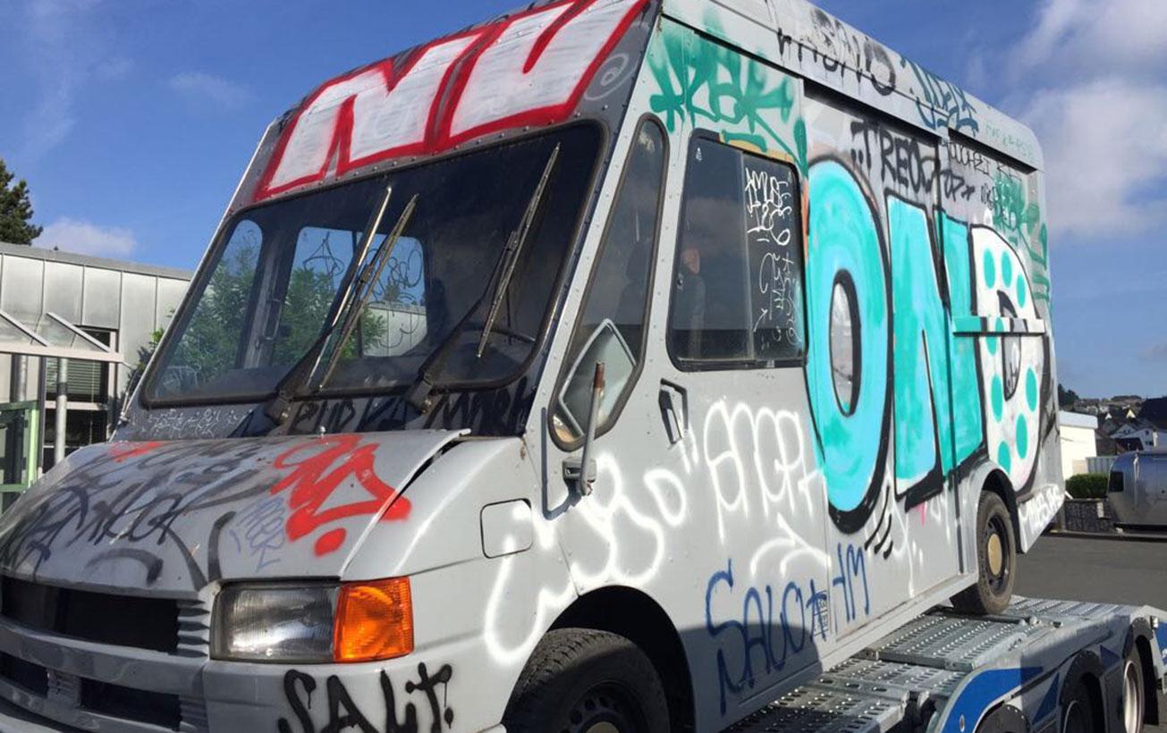 Alter Lieferwagen wird zum Food Truck umgebaut und restauriert.