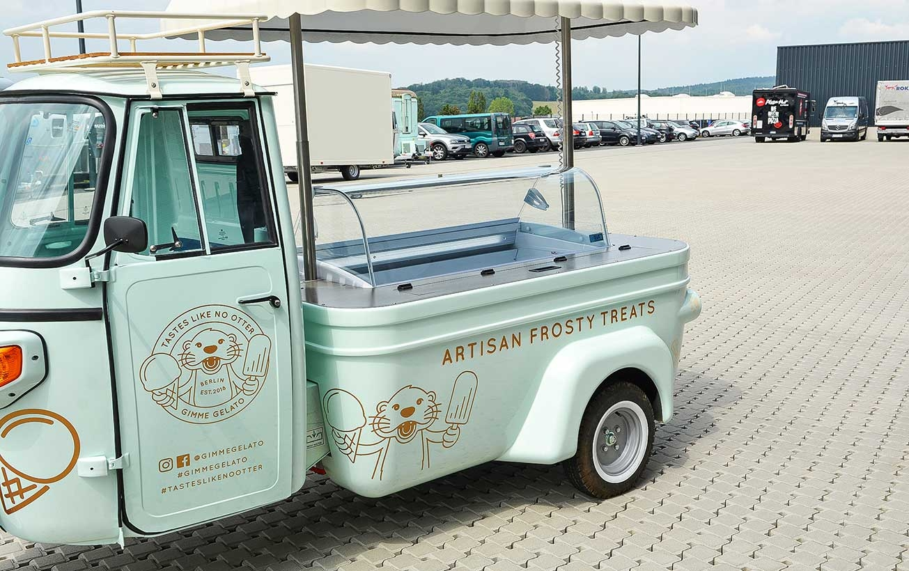 Eiswagen Piaggio Ape von der Verkäuferseite aus gesehen.