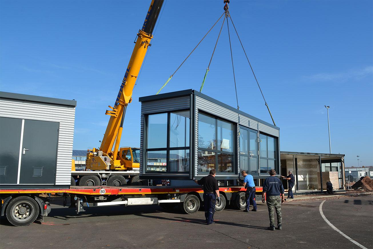 Installation der Containermodule für ein QUB® Container-Restaurant.