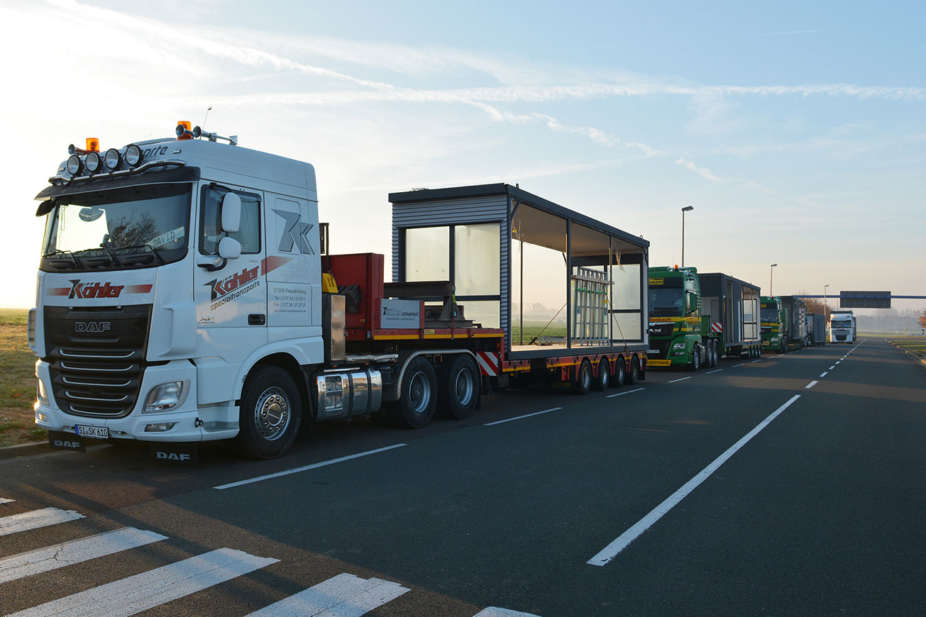 Anlieferung der Containermodule eines QUB® Restaurant Containers.