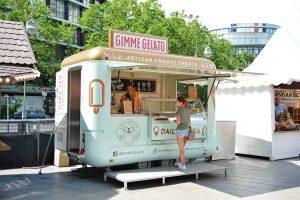 Verkaufsanhänger als Eiswagen für Eisverkauf.