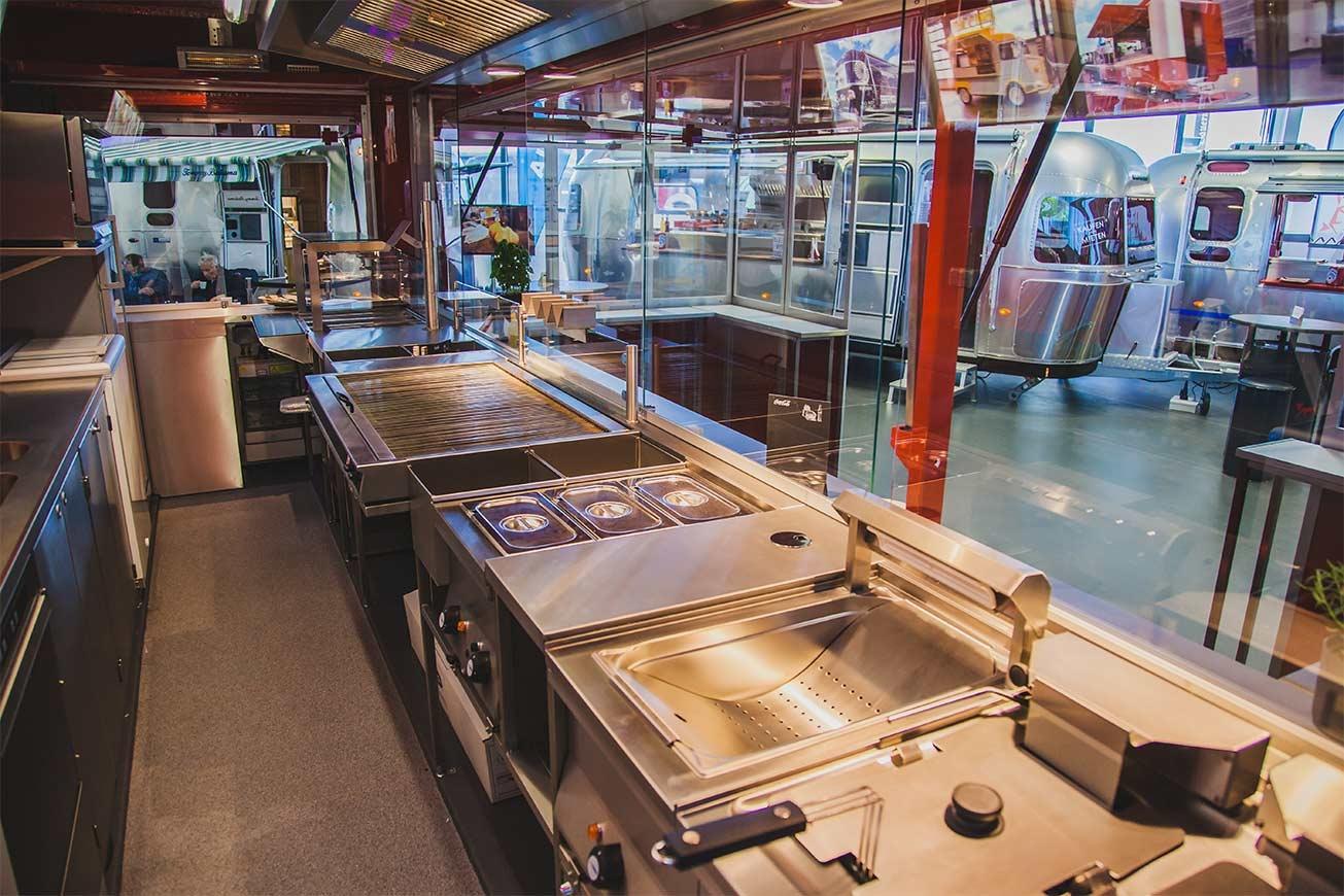 ROKA Verkaufswagen mit professionellem Küchenausbau.