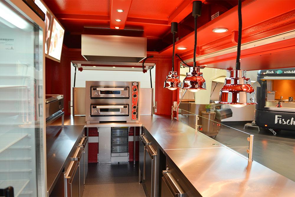Verkaufswagen mit Pizzaofen.