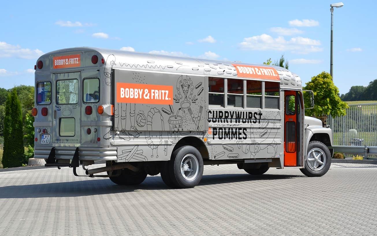 Amerikanischer Schulbus mit Food-Truck-Ausbau.