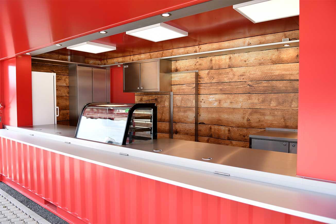Seecontainer für Gastronomie mit Holzfolierung im Innenraum.