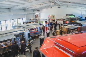ROKA Verkaufsfahrzeuge in der Ausstellung.