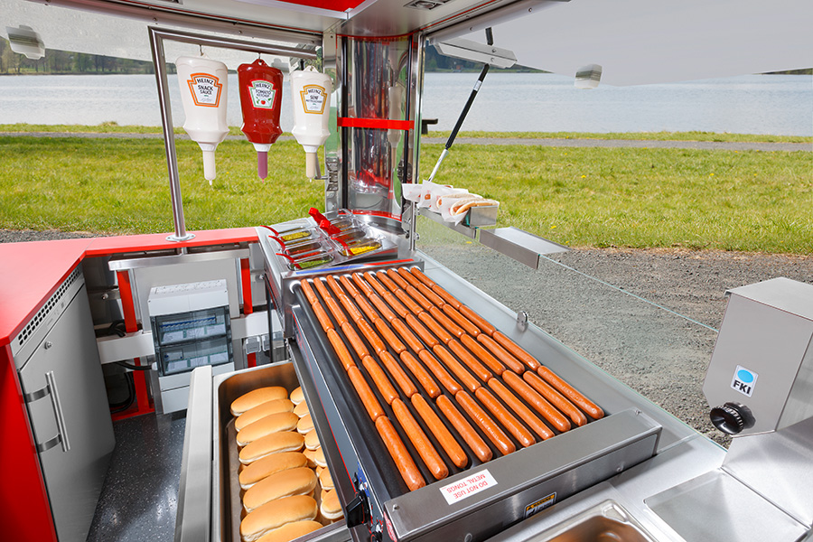 Kleiner Food Trailer mit Inneneinrichtung für den Hot Dog-Verkauf.