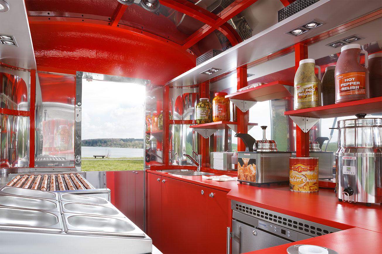 Food Truck mit Innenausbau für den Hot Dog-Verkauf.