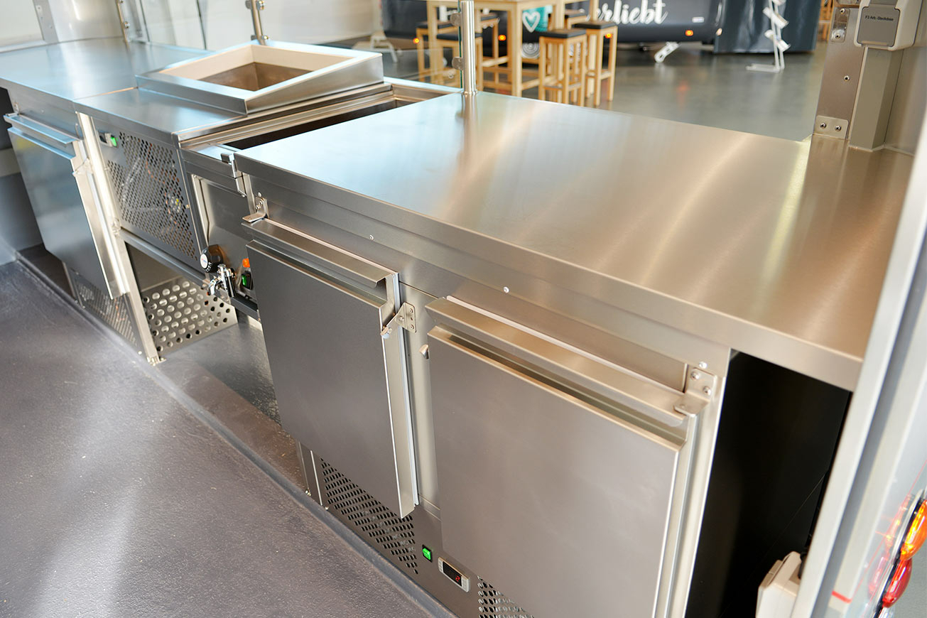 Kühltische im Eisanhänger für den mobilen Eisverkauf.