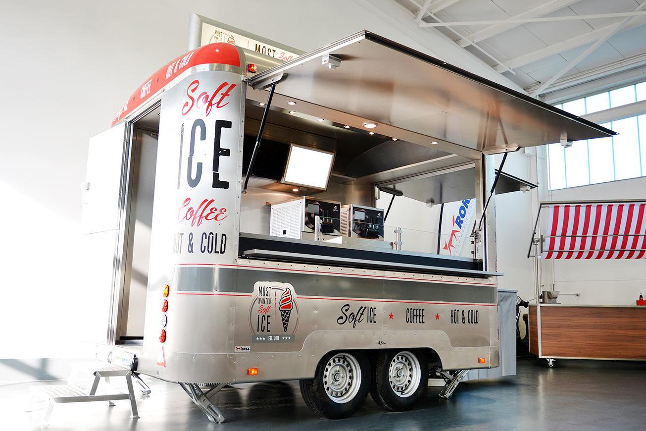 Silberner Verkaufsanhänger für mobilen Eisverkauf.