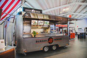 Silberner Verkaufswagen mit professioneller Kücheneinrichtung.