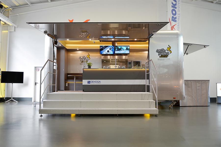 Silberner Verkaufsanhänger als mobile Kochschule.